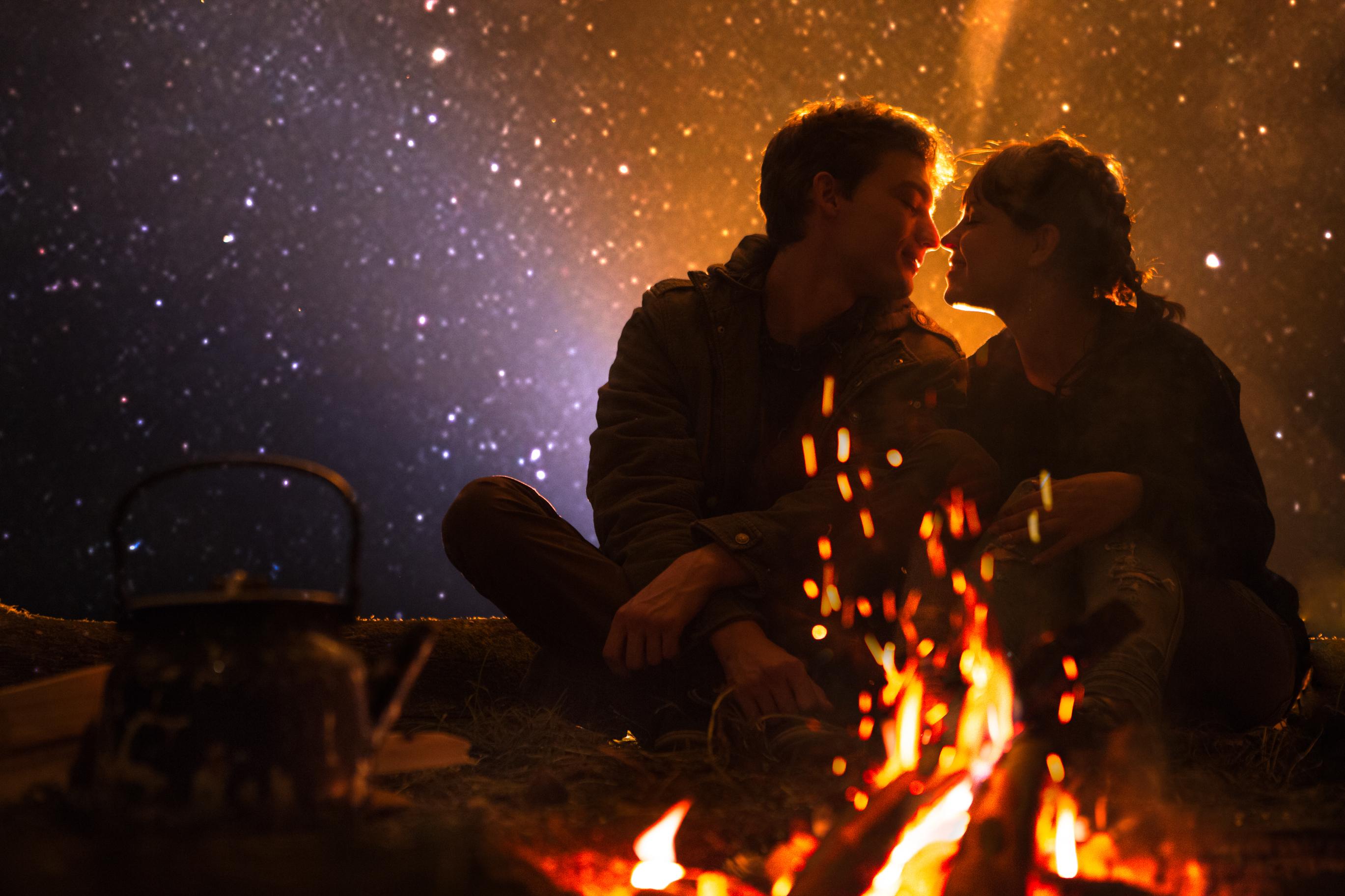 couple_enjoying_bonfire