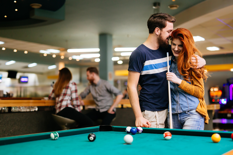 couple_playing_pool